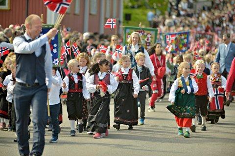 BARNETOG: Fine klær, norske flagg og godt humør hører med på nasjonaldagen. Bildet er fra feiringen i Kongsberg i fjor.
