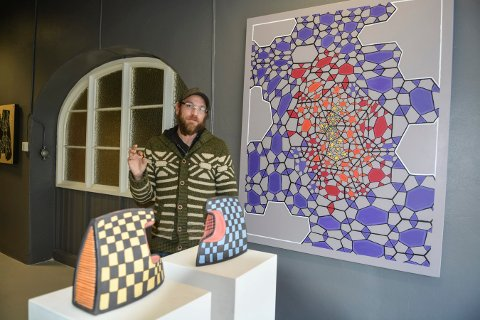 KERAMIKK OG MALERI: Kenneth Stordalen byr på en variert utstilling.