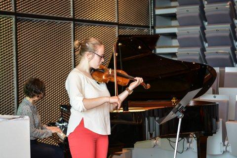 VAKKERT: Magdalena Madejczyk spiller fiolin i Kongsberg kommunstyre.
