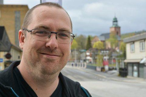 MUSIKKFORMIDLER: Timon Vis i Kongsberg driver Fest123. Han har over 330 musikere i stallen.