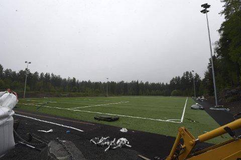 SNART KLART: Flomlyset er på plass og det nye kunstgresset er snart klart til bruk på Eilertsløkka, noe som gleder fotballfolket.ALLE FOTO: OLE JOHN HOSTVEDT