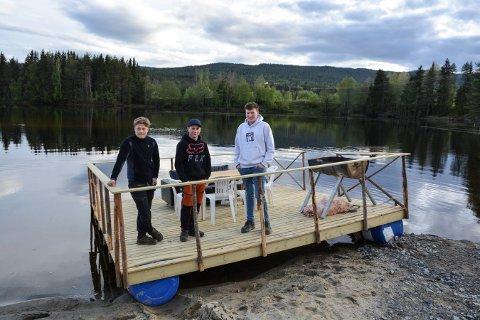DRIFTIG UNGDOM: Oddvar Sandvik (t.v.), Eirik Høimyr og Sebastian Strand Sandbæk i Flesberg har bygget denne flåten som de skal bruke til små turer på Lågen.