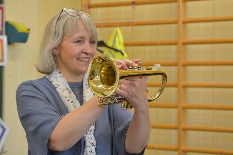LÆRER: Jorunn K. Kolset er musikklærer på Berg skole. Det siste halvåret har hun lånt et klassesett med instrumenter fra kulturskolen, som elevene har brukt i musikktimene.
