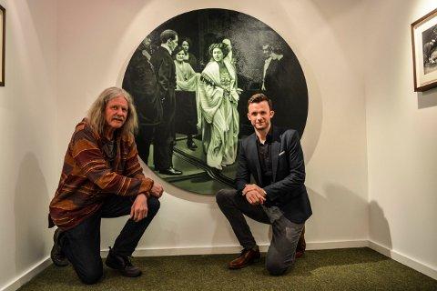 FAR OG SØNN: Far Tor Einar Evju og sønnen Kristian Evju foran ett av verkene til Kristian. Nå har de to kunstnerne felles utstilling på Lågdalsmuseet.