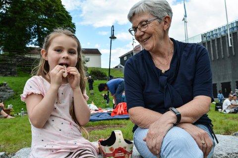GOD MAT: Tara Cassandra Løff (6) og bestemor Ann-Karin Andersen koste seg i Haspa onsdag ettermiddag.