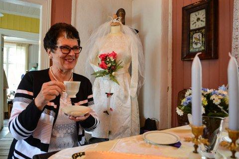 SER TILBAKE PÅ UNGDOMMEN:  Liv-Berit Muggerud har tatt med brudesløret og brudekrona si til 60-tallsutstillingen på Lågdalsmuseet.