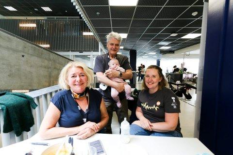 FRIVILLIG I GENERASJONER: Kari Anne Abrahamsen (t.v.) jobber som frivillig på 33. året. Arne Henning Rasmussen har vært frivillig siden 2004. Rasmussens datter, Ida Løver Gårderhagen er også frivillig og har med datteren Julie (3 mnd).