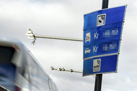 FLYTTES: Også disse skiltene følger med til kommunegrensa.