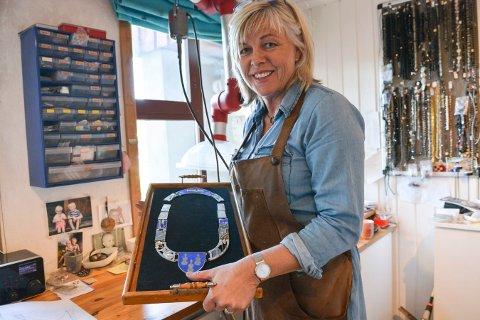 OMFATTENDE JOBB: Gullsmed Gunnbjørg Listog er i sluttfasen med å lage ordførerkjede for Midt-Telemark. Det er hennes største prosjekt til nå.