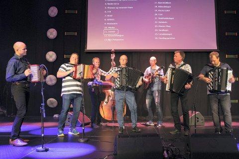 JENNYS: I midten står Anders Næss, flankert av flere Sandsvær-musikere.