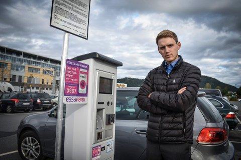 OPPGITT: Andreas Carlstedt ble bøtelagt etter å ha parkert ved jernbanestasjonen. Nå mener han noe med gjøres med skiltingen på stedet.