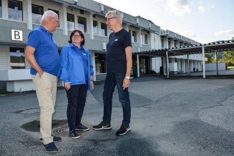 FORESLÅR NY SKOLE: Viken Høyre ønsker nytt Maurits Hansen-bygg. Partiets  toppkandidat Anette M. Solli er her flankert av Morten Eriksrød (t.v.) og Helge Evju.