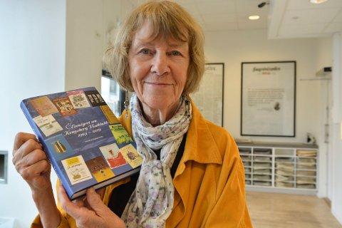 KULTURHISTORIE: Rigmor Falla har skrevet bok om Kongsberg Viseklubbs første 50 år. Hun var selv med og stiftet klubben i 1969.