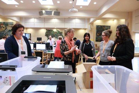Teller: Kristin Kyhen Ramstad fra Lillestrøm kommune leverte onsdag formiddag 41 esker med over 37 000 stemmesedler til kontrolltellingen i fylkeshuset i Drammen.