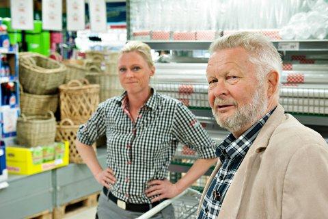 Ole Jørgensen er gårdeier på Rudsmoen, og er kritisk til måten kommunen har behandlet hans søknad om å drive butikk på stedet. Her sammen med butikksjef Lillian Hvambsahl på Europris. Bildet er tatt i 2016.