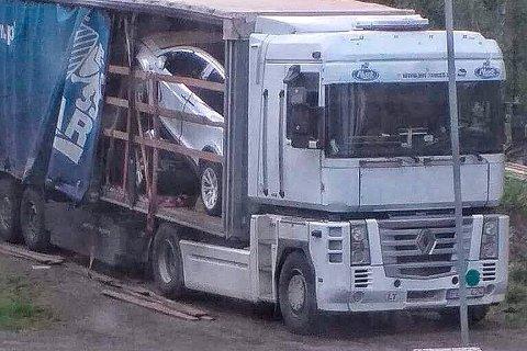 TATT PÅ FERSKEN: Det var på denne bilen de tre mennene fra Litauen lastet på tre Teslaer ved Fossanåsen i juni i fjor.