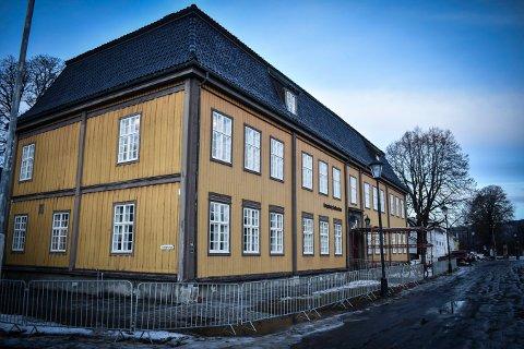 BERGSEMINARET: Bygningen på Kirketorget er en viktig brikke i Kongsbergs historie. Politikerne har bevilget mye penger til Bergverksmuseet som eier bygget og flertallet syns det er betimelig å kommentere det manglende vedlikeholdet.