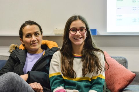MOR OG DATTER: Nishzeman Mahmoudi og datteren Madia Kadrpour (12) er kurdere og vil gjerne snakke kurdisk med andre kurdere i Kongsberg.