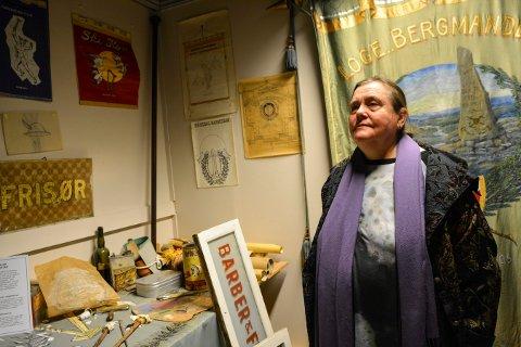 ENGASJERT: Veslemøy Fjerdingstad håper museene i Kongsberg kan samarbeide om gode tiltak fram mot byjubileet i 2024. Her står hun i avdelingen som er viet hennes avdøde far, fanemaler Sverre Fjerdingstad.