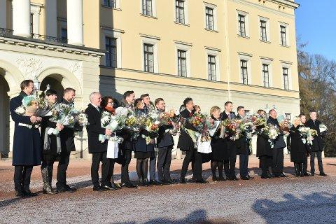 NYE KLUTER: Den nye Solberg-regjeringen i solskinnet på Slottsplassen i Oslo fredag. Foto: Fredrik Varfjell / NTB scanpix
