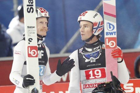 ANDREPLASS:Robert Johansson (t.v.) og Daniel-André Tande var med på å sikre norsk andreplass i lagkonkurransen i Polen. Foto: Geir Olsen / NTB scanpix