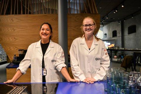 VERTSKAP: Mariella Sølberg Yakubu (35) (t.v.) og Ingvild Mjelde (28) tok vel imot alle som gjestet den nye geolaben på Norsk Bergverksmuseum i åpningshelgen.