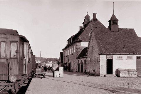 STASJON: Kongsberg jernbanestasjon og sørlandsbanen forbi Kongsberg ble offisielt åpnet i 1920. Bildet er tatt 1. oktober 1925.