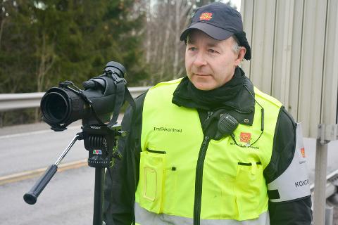 Lite fornøyd: Kontrollansvarlig Øivind Brinchen, i Statens vegvesen liker ikke at bilførere slurver med beltebruken. Det avslørte en kontroll i Hokksund tirsdag.