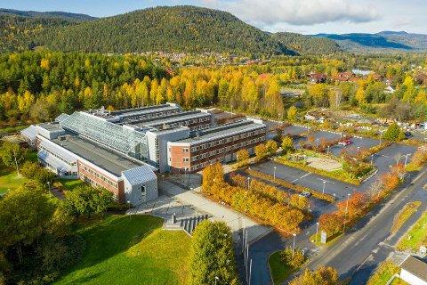 SELGES: Har du 152 mill. til overs kan du kjøpe den gamle høyskolen på Raumyr.