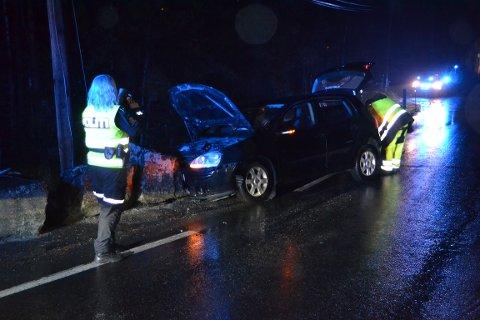 TOTALVRAK: To gutter i 20-årene er kjørt til Drammen sykehus etter å ha frontkollidert bilen inn i en steinbru på Gamle Kongsbergvei i Kongsberg fredag kveld. Foto: Katrine Alexandra Leirmo Heiberg