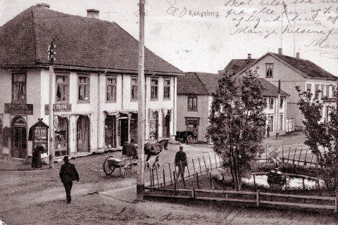 STORGATA: Den første bygningen fra venstre er Hvidstengården. Der startet N. Hvidsten sin forretning i 1889. Gården brant under andre verdenskrig. I den neste gården holdt firma Bernh. Howlid til. Men det var lenge etter at dette bildet ble tatt. Den store bygningen helt til høyre i bildet er Britannia Hotel, som senere skiftet navn til Bondeheimen. Bildet er tatt rundt 1905.