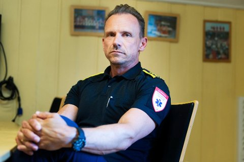 OPPFORDRING: Avdelingssjef for ambulanseavdelingen i Buskerud, Snorre Birk Gundersen, oppfordrer publikum til å ta smittehensyn. Tidligere denne måneden måtte festdeltakere beordres ut, for å gi mannskapene ro til å jobbe.