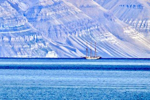 1 PLASS: Seilbåt på Svalbard.