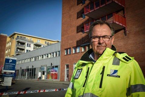 BEFARING: Per Mikkelsen i PK Eiendom, som er forvalter av  sameiene på Berja, har onsdag vært på befaring i brannblokka.