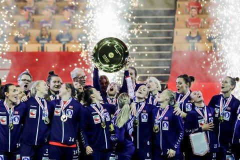 GULL: Ingvild K. Bakkerud jublet med laget etter finalen i håndball EM 2020 mellom Frankrike og Norge i Herning.