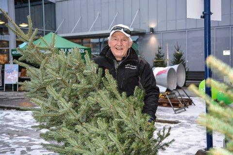 JULETRESALG: Hilmar Isaksen fra Vetlerud juletregård er å finne på Berjasenteret fram til jul.