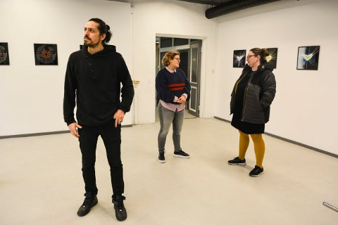 USIKKERT: Kunstnerne Patricio Esteban Briceno og Alvilde David-Andersen fortalte politiker  Nina S. Kleven (V) om den usikre fremtiden til kunstnerfellesskapet Verk-Stedet.