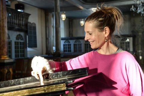 SKAL SYNGE: Anne-Carolyn Schlüter blir å høre under åpningen av en utstilling på Notodden lørdag 15. februar.