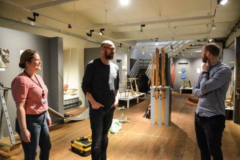 VINTER I GAMLE DAGER: Janne Werner Olsrud, Per Øyvind Østensen og Kristian Becker ved Norsk Bergverksmuseum håper folk finner veien til vinterutstillingen i kjelleren på museet.