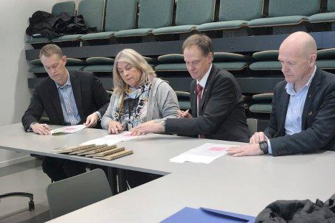 SIGNERING: Fra venstre: Eric Nasby, eierkontakt KLP, Kirsten Orebråthen, ordfører Ringerike kommune, Jan Gaute Bjerke, ordfører Nore og Uvdal kommune og Syver Leivestad, ordfører Hole kommune.