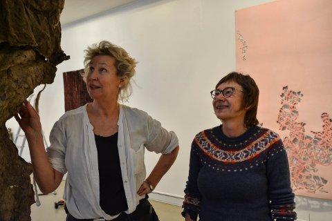 KUNSTNERE: Gabriella Göransson (t.v.) og Anne Kari Amstein stiler ut sammen på Låven.