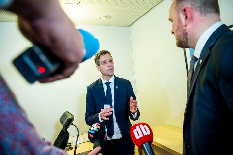 Samferdselsminister Knut Arild Hareide (t.v.) vil vurdere saken om å flytte bompengeinnkrevingen på nye E134 på nytt. Her ser vi ham under nøkkeloverrekkelsen i samferdselsdepartementet med hans forgjenger  Jon Georg Dale.
