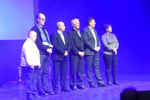 ILDSJELER: Skrims Torill Heia (t.v.) på scenen i Drammen teater fredag kveld sammen med de fem andre ildsjelkanidatene i Buskerud idrettskrets. ALLE FOTO: OLE JOHN HOSTVEDT