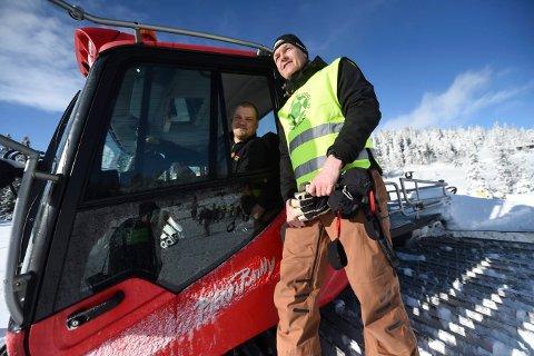 TAKKNEMLIG: Løpsleder Rune Frogner sammen med tråkkemaskinfører Tom Roger Jacobsen. ALLE FOTO: OLE JOHN HOSTVEDT