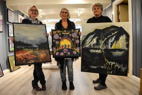 KUNST: Åse Randi Eggen (t.v.), Vivi Jensen Askeland og Britt Karin Hagen ønsker velkommen til utstilling i kjelleren på Peckels fredag og lørdag.