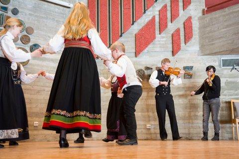 SPEL OG DANS: Her er det Erling Halling og Mika Mandt Meling som spiller for en gruppe dansere under sjokoladekappleiken i fjor.