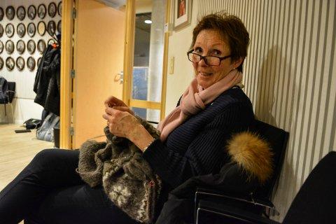 FRIKVELD: Kari Anne Sand sitter i utvalg for kultur og oppvekst og strikker.