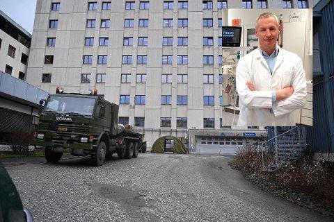 Teltet er satt opp mellom akuttmottaket og garasjene utenfor Drammen sykehus. Ulrich Spreng følger situasjonen også i Kongsberg.