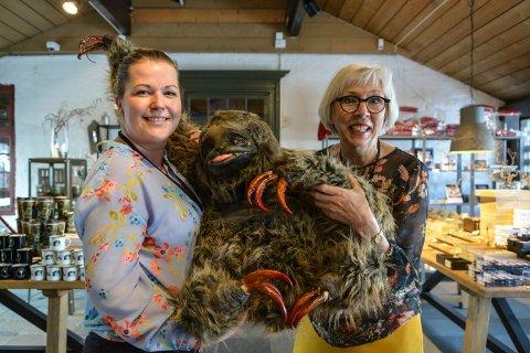 GRU OG GLEDE: Janne Werner Olsrud (t.v.) og Alfhild Skaardal på Norsk Bergverlsmuseum ønsker velkommen til utstilling fra og med 16. juni.