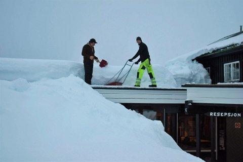 RYDDESJAU: Tor og Odd Eyvind Nicolaysen fjerner snøen fra taket på Rjukan Fjellstue.